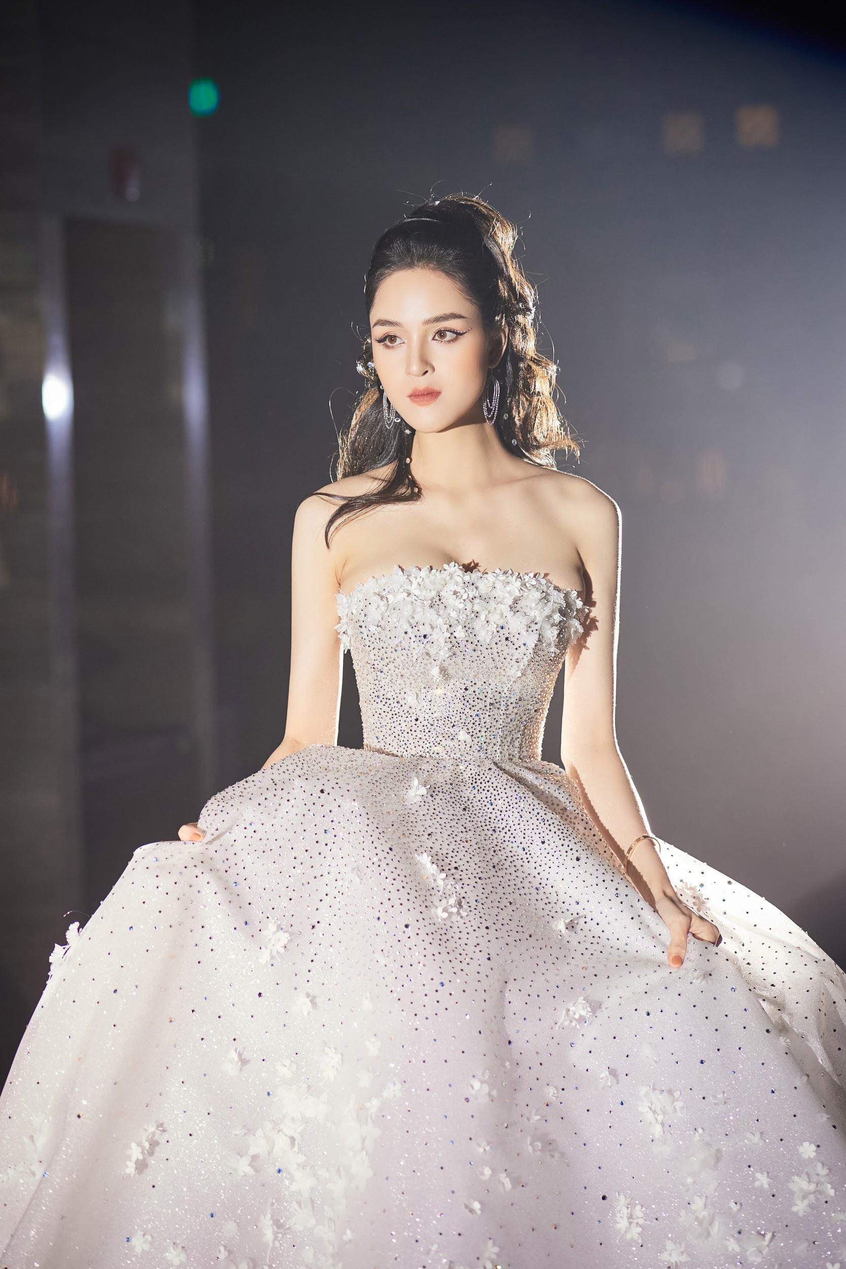 Lecia Bridal ra mắt dòng váy Luxury đính hàng trăm ngàn viên pha lê Swarovski - Ảnh 1.