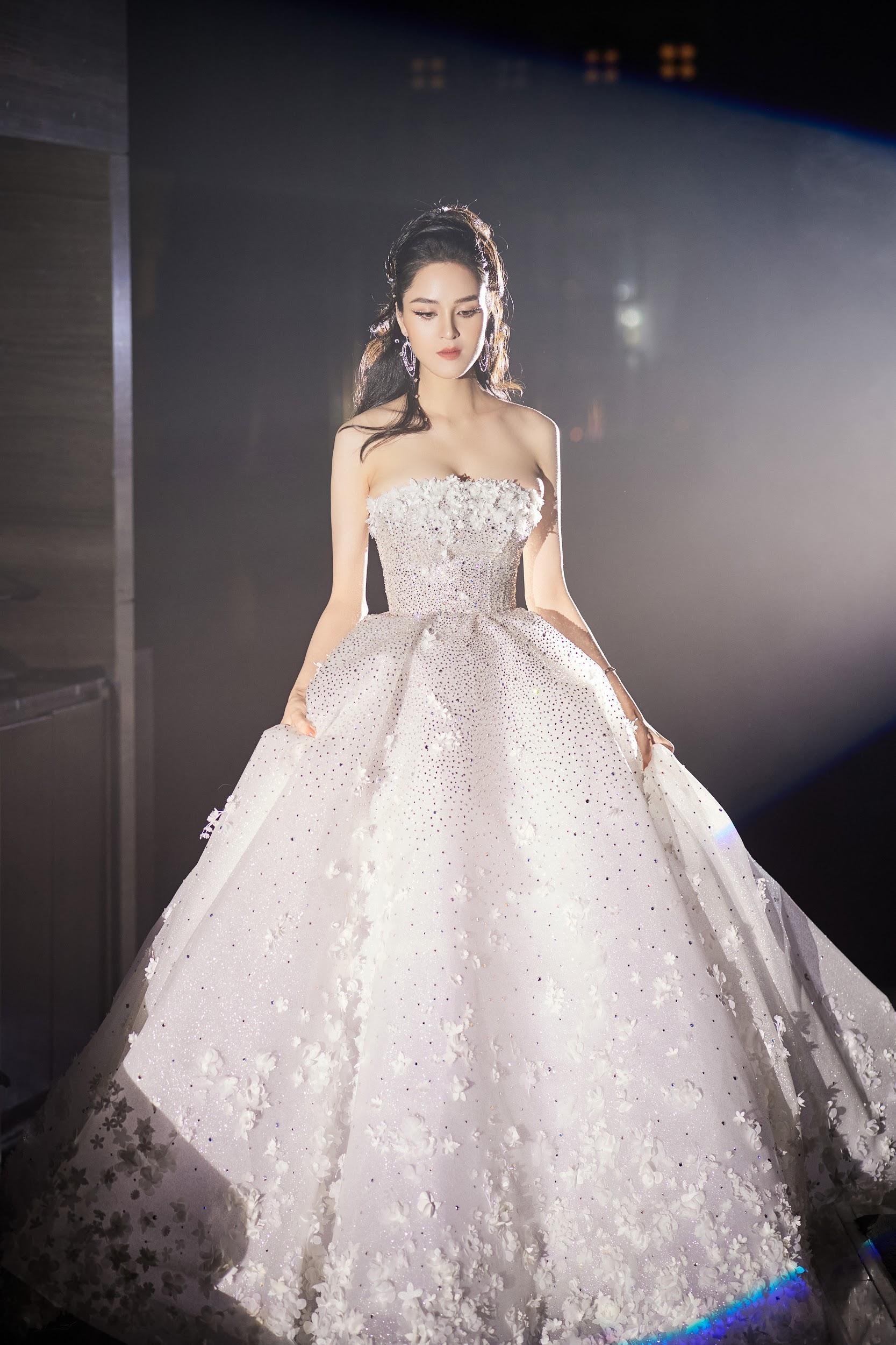 Lecia Bridal ra mắt dòng váy Luxury đính hàng trăm ngàn viên pha lê Swarovski - Ảnh 2.