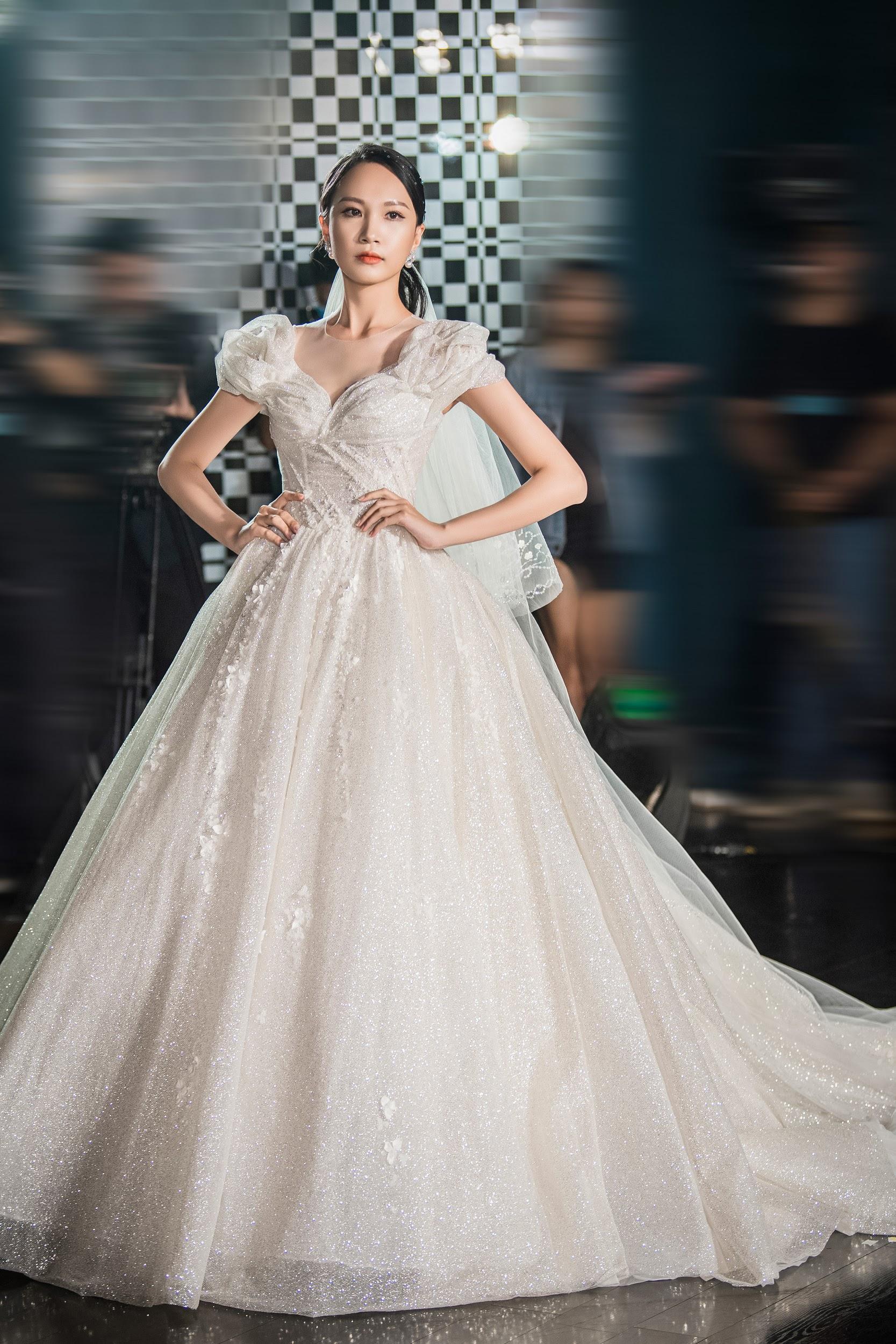 Lecia Bridal ra mắt dòng váy Luxury đính hàng trăm ngàn viên pha lê Swarovski - Ảnh 11.
