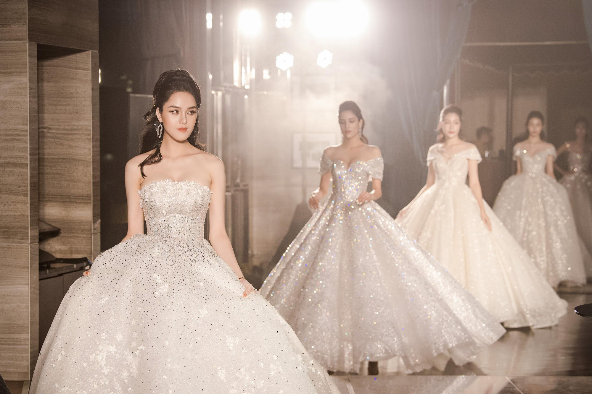 Lecia Bridal ra mắt dòng váy Luxury đính hàng trăm ngàn viên pha lê Swarovski - Ảnh 13.
