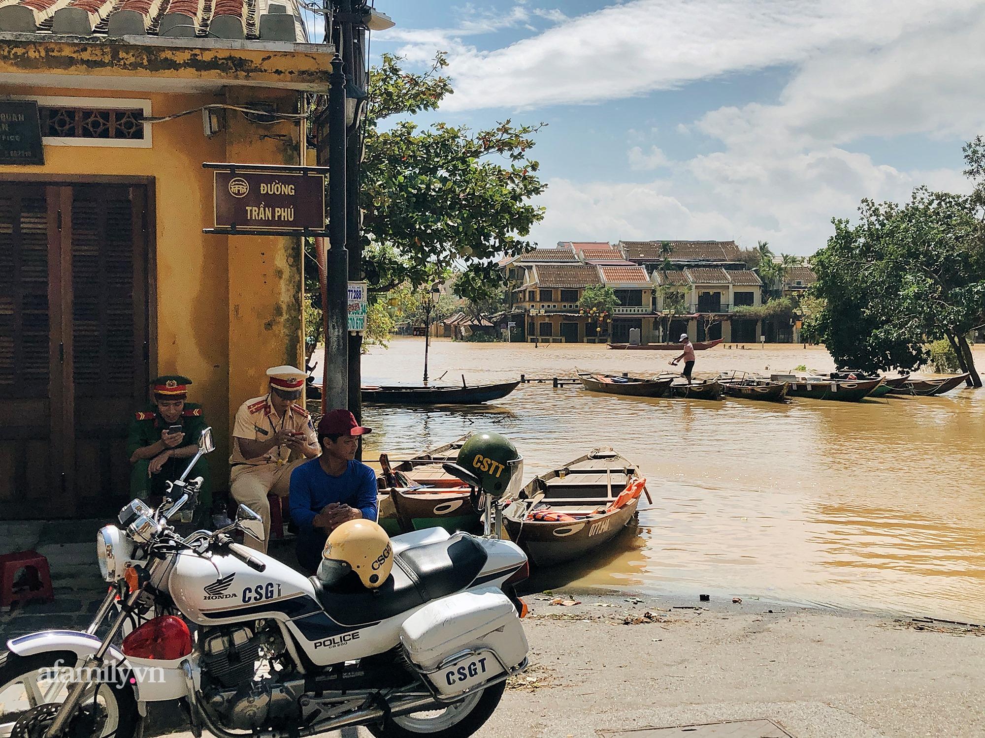 Hội An tan hoang sau bão số 9, những rặng hoa giấy rực rỡ ngày thường nay bỗng hóa xác xơ, nước sông Hoài dâng lên ngập cả nhiều tuyến đường trung tâm phố cổ - Ảnh 5.