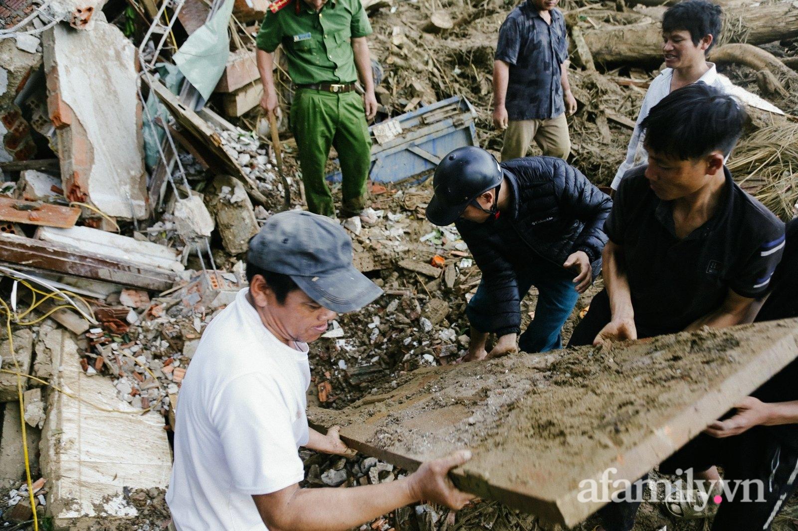"""CẬN CẢNH: Quả đồi bị """"xé toạc"""" làm đôi và nước mắt người Quảng Nam dưới lớp đất đá tại hiện trường vụ sạt lở kinh hoàng - Ảnh 6."""
