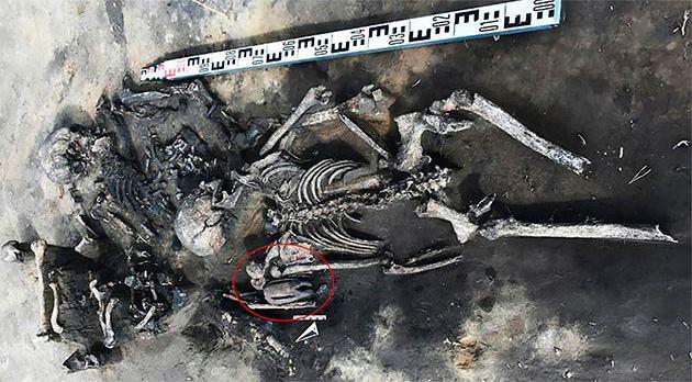Bí ẩn 2 cặp nam nữ nằm úp lên nhau trong mộ cổ 5.000 năm - Ảnh 1.