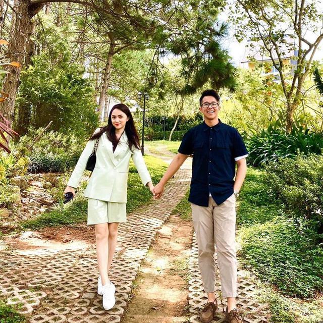 """Bạn trai đại gia của Hương Giang bị """"ghét lây"""": Bị soi mặc đúng 1 chiếc quần từ lúc tham gia """"Người ấy là ai"""", đến khi đi hẹn hò - Ảnh 1."""