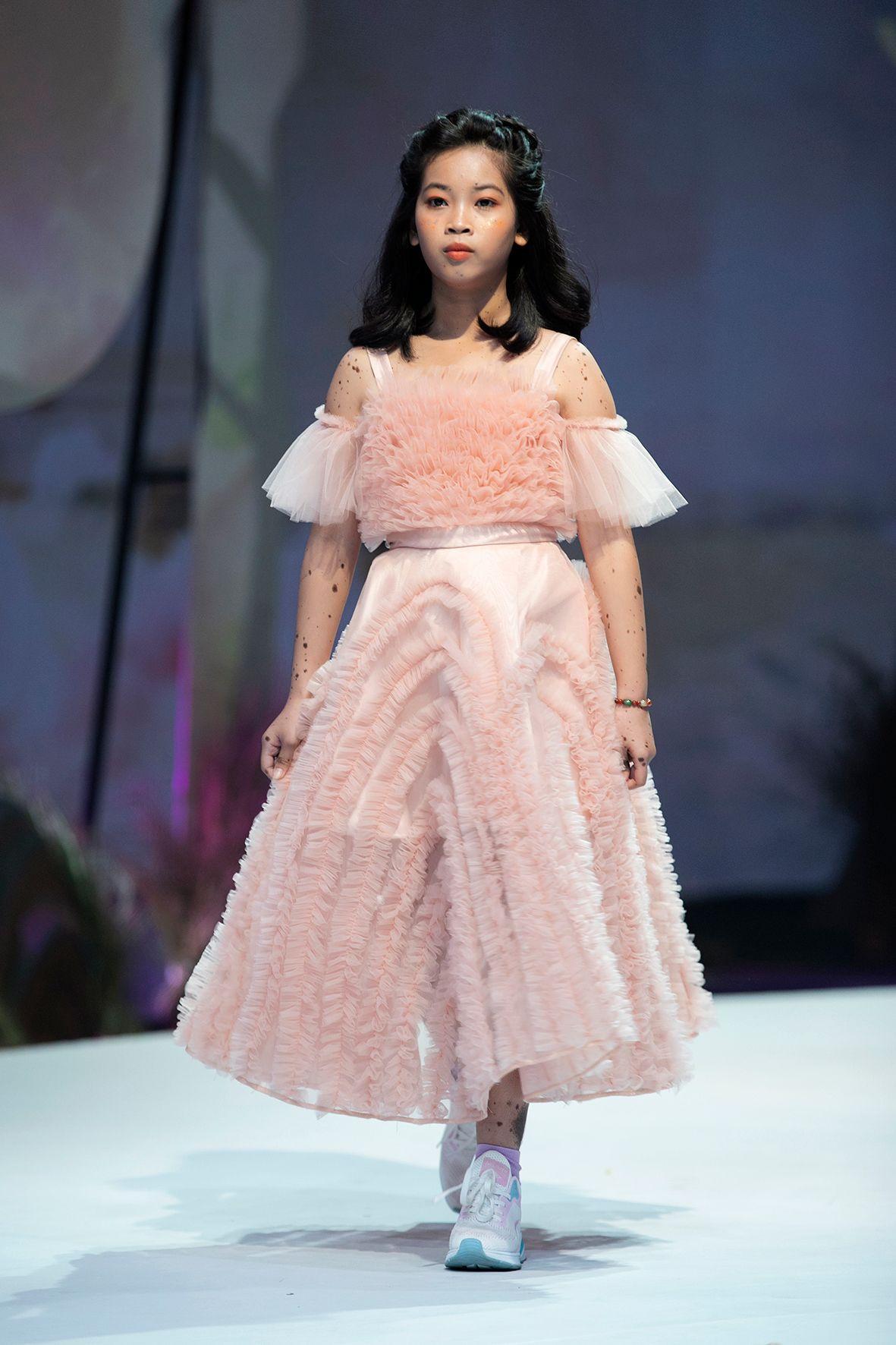 """HH Hương Giang tái xuất sàn catwalk với hình ảnh """"công chúa rừng xanh"""", kết màn cho Tuần lễ thời trang Trẻ em 2020 - Ảnh 9."""
