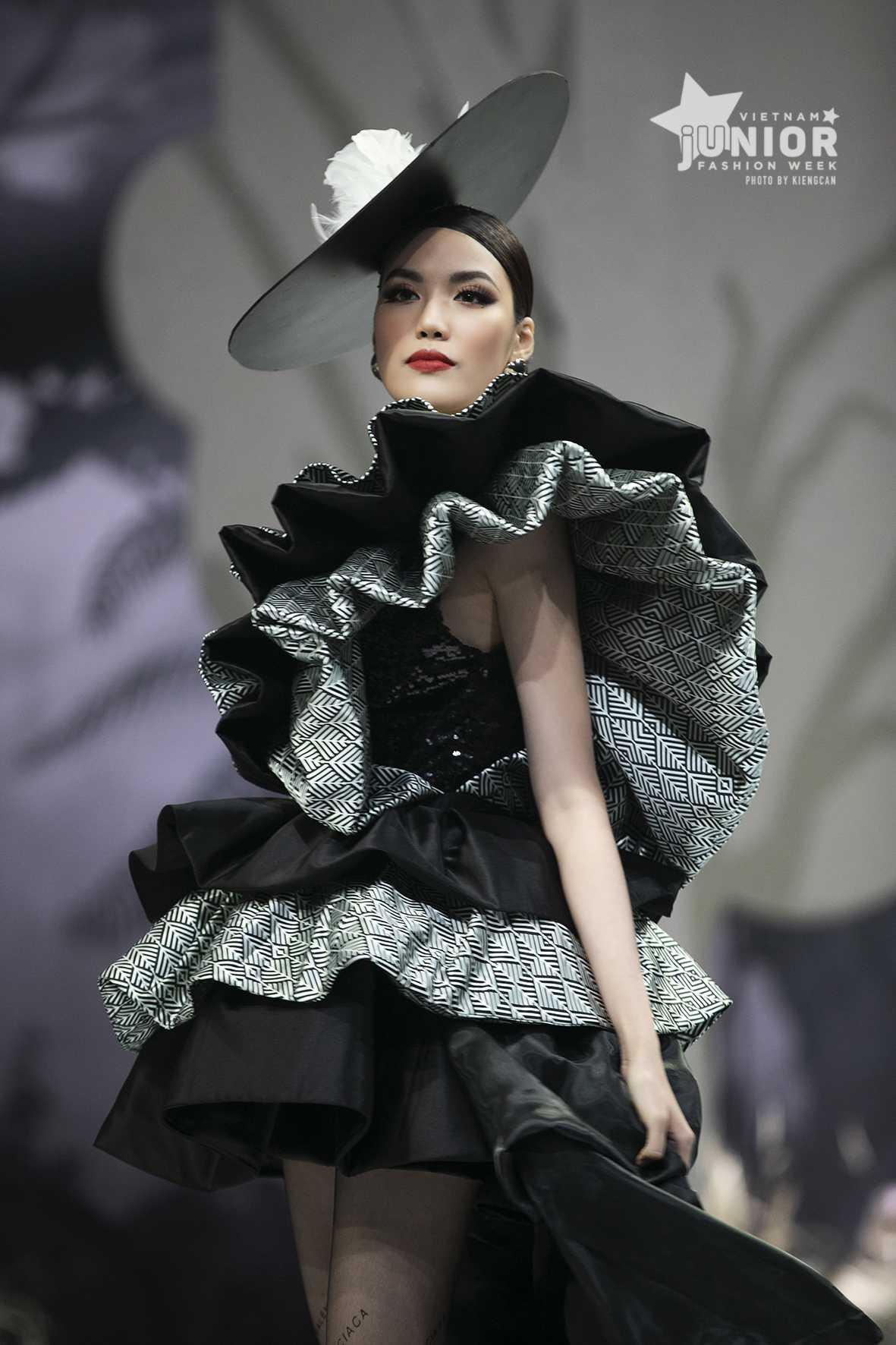 """HH Hương Giang tái xuất sàn catwalk với hình ảnh """"công chúa rừng xanh"""", kết màn cho Tuần lễ thời trang Trẻ em 2020 - Ảnh 12."""