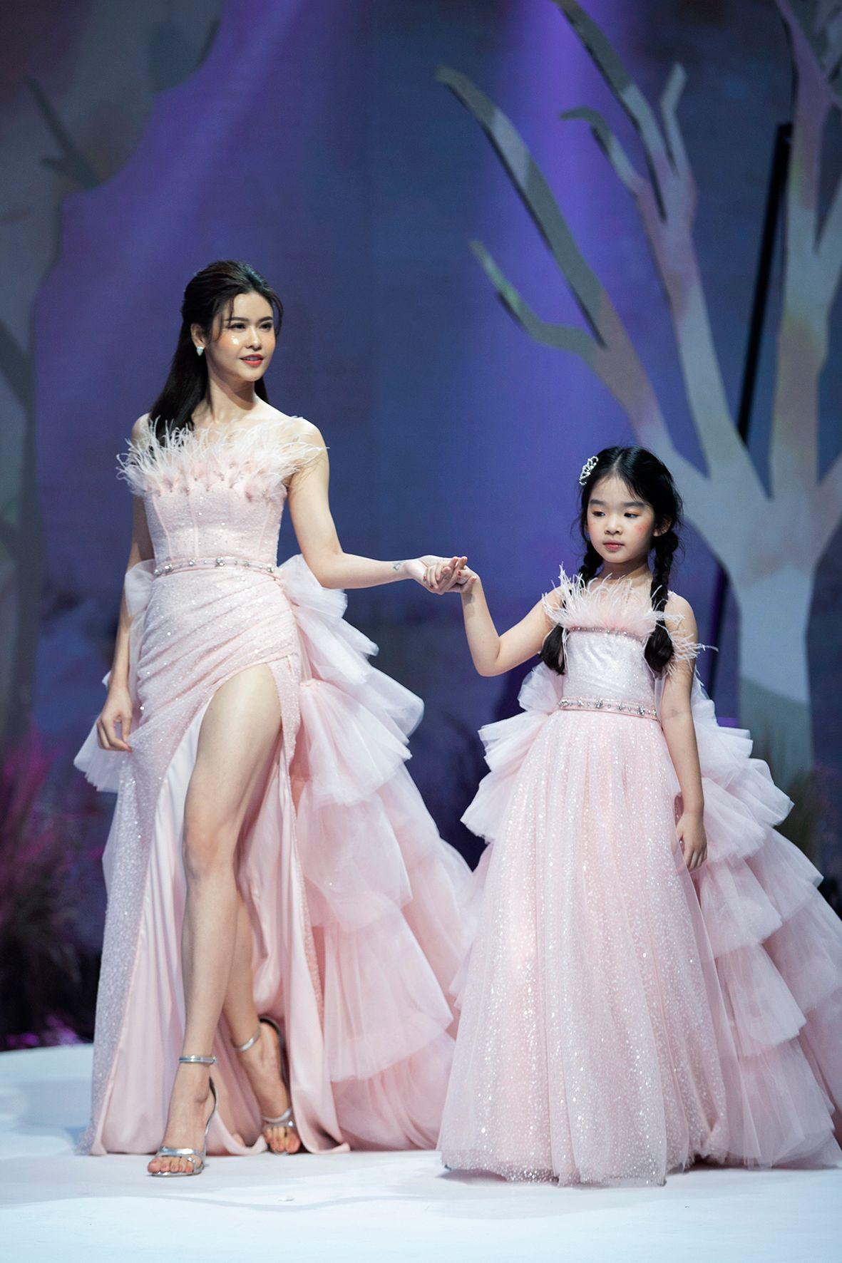 """HH Hương Giang tái xuất sàn catwalk với hình ảnh """"công chúa rừng xanh"""", kết màn cho Tuần lễ thời trang Trẻ em 2020 - Ảnh 8."""