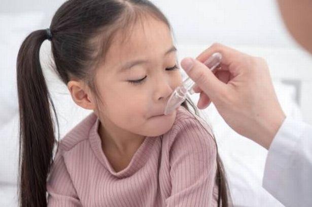 Bên cạnh việc lạm dụng thuốc, thêm 1 sai lầm khi cho con uống kháng sinh nhiều cha mẹ đang mắc phải - Ảnh 1.