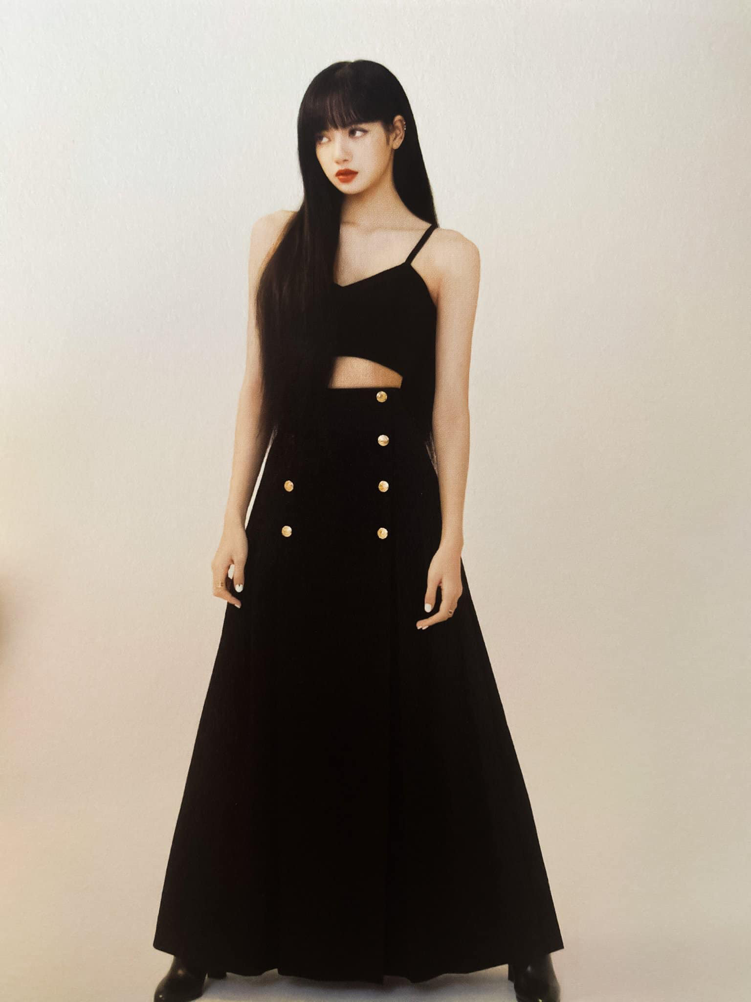 Đẳng cấp đại sứ toàn cầu của Lisa: Diện váy Celine kín bưng mà vẫn tạo dáng tài tình nên sexy hơn hẳn người mẫu hãng - Ảnh 6.