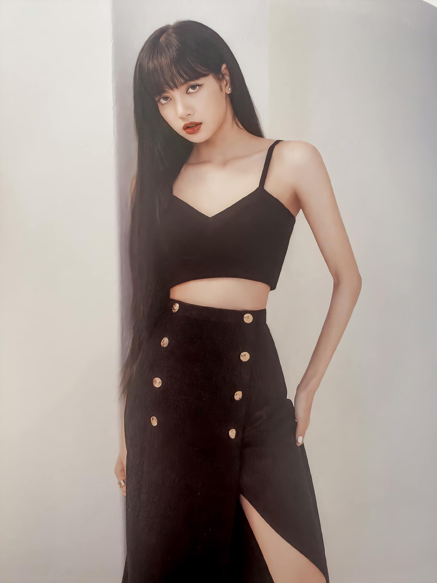 Đẳng cấp đại sứ toàn cầu của Lisa: Diện váy Celine kín bưng mà vẫn tạo dáng tài tình nên sexy hơn hẳn người mẫu hãng - Ảnh 1.