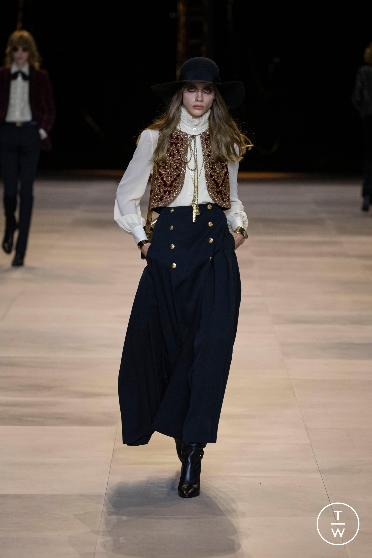 Đẳng cấp đại sứ toàn cầu của Lisa: Diện váy Celine kín bưng mà vẫn tạo dáng tài tình nên sexy hơn hẳn người mẫu hãng - Ảnh 2.