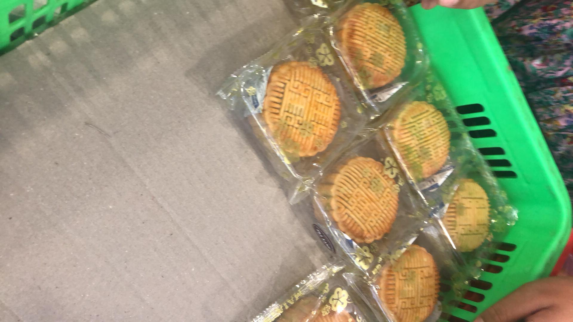 Bánh Trung thu xả hàng giảm 50%, đồng giá 25.000 đồng/chiếc bên lề đường - Ảnh 3.