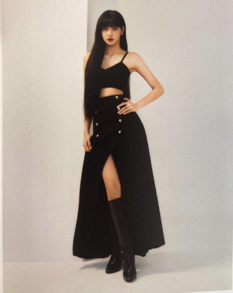 Đẳng cấp đại sứ toàn cầu của Lisa: Diện váy Celine kín bưng mà vẫn tạo dáng tài tình nên sexy hơn hẳn người mẫu hãng - Ảnh 4.