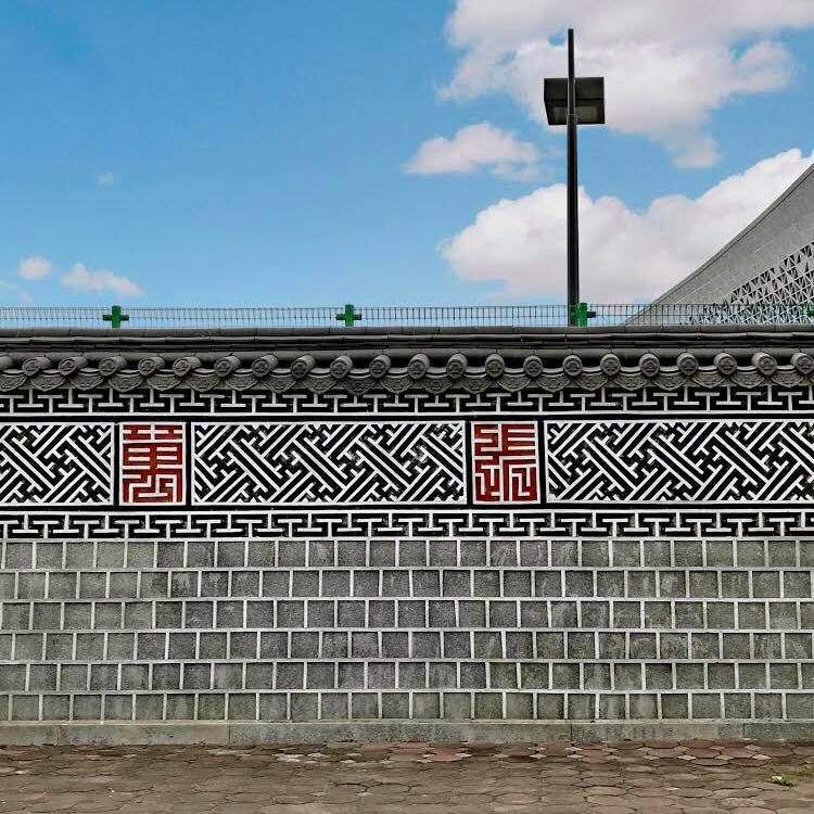 Bức tường Hàn Quốc giống hệt hoàng cung xứ sở kim chi ngay giữa lòng Hà Nội khiến giới trẻ rủ nhau đến check in rầm rộ - Ảnh 2.