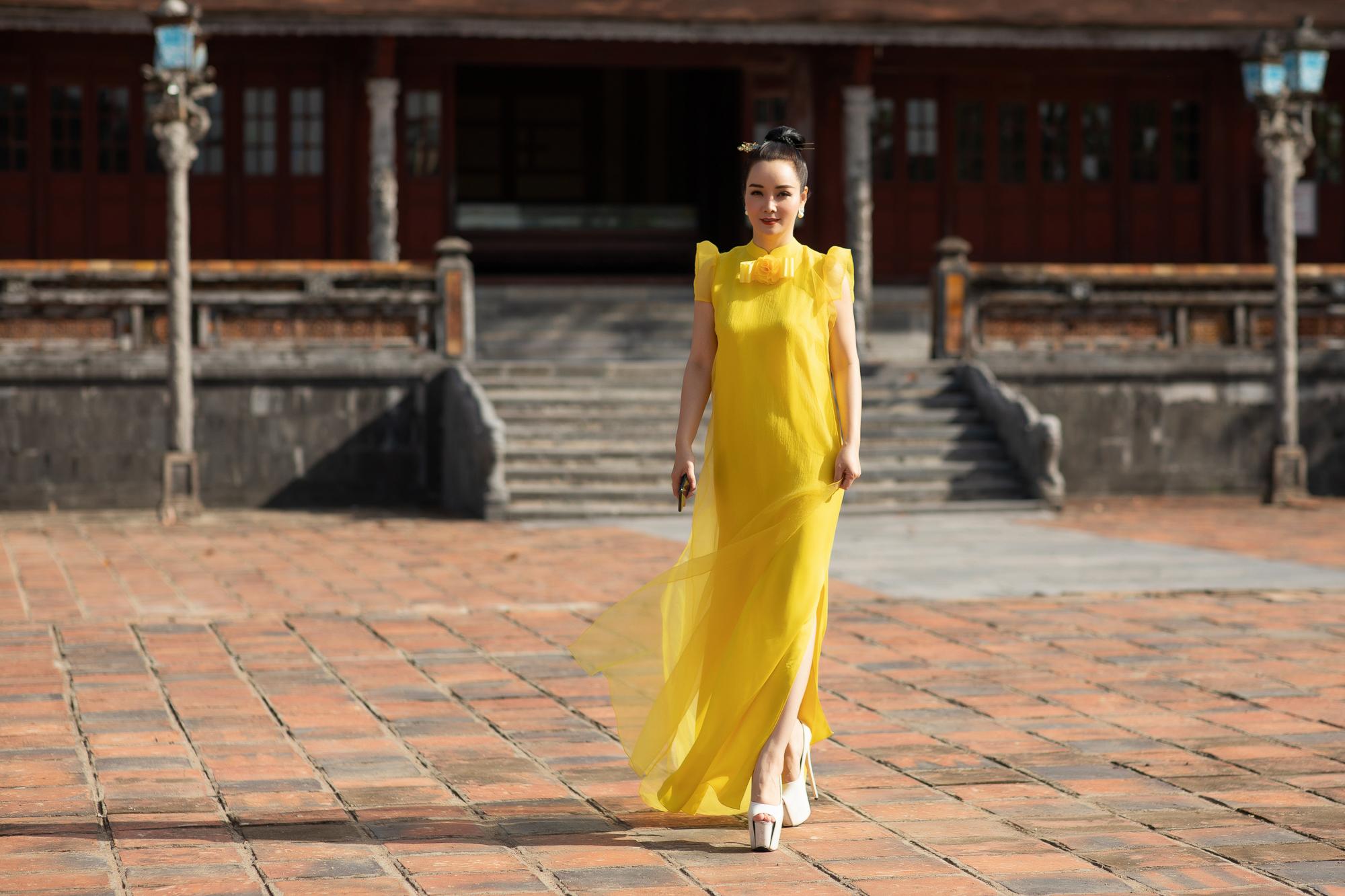 Đeo đôi khuyên hơn 2,5 tỷ siêu mẫu Võ Hoàng Yến tái hiện cú tung chân đá váy thần sầu trên sàn catwalk khiến người xem thốt tim - Ảnh 17.