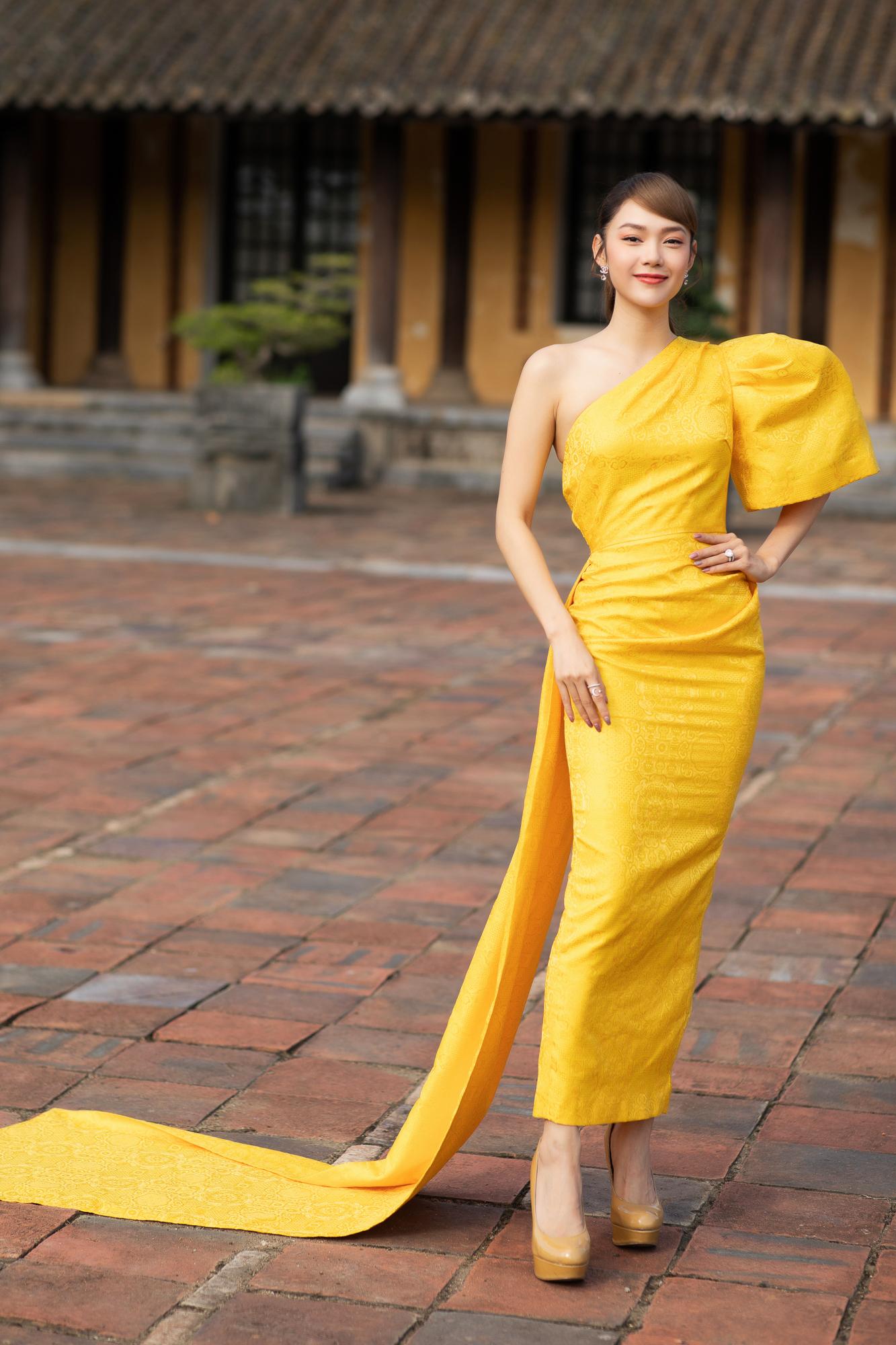 Đeo đôi khuyên hơn 2,5 tỷ siêu mẫu Võ Hoàng Yến tái hiện cú tung chân đá váy thần sầu trên sàn catwalk khiến người xem thốt tim - Ảnh 12.