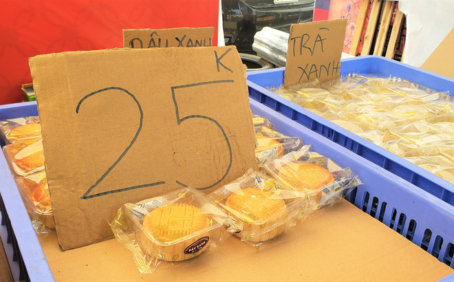 Bánh Trung thu xả hàng giảm 50%, đồng giá 25.000 đồng/chiếc bên lề đường - Ảnh 4.