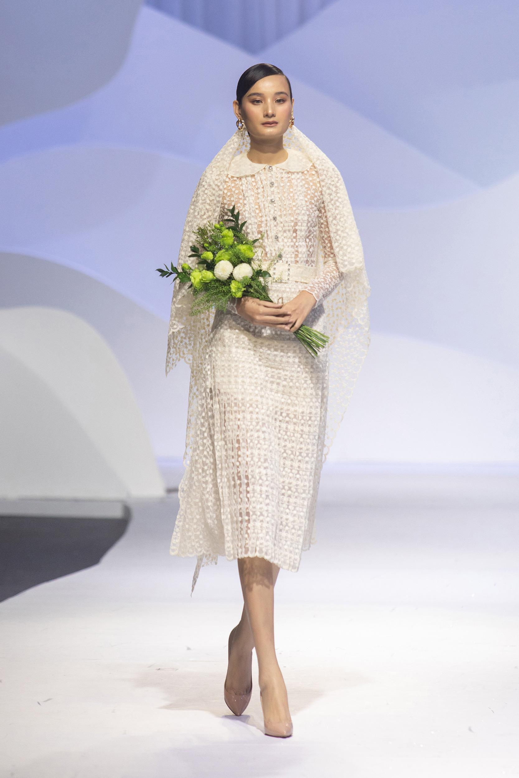 """Show váy cưới của NTK Nguyễn Phương Đông: Lê Thuý làm first face, Minh Tú đắt show tiếp tục """"vào vai"""" vedette - Ảnh 1."""