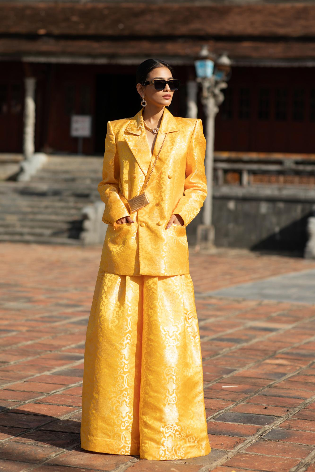 Đeo đôi khuyên hơn 2,5 tỷ siêu mẫu Võ Hoàng Yến tái hiện cú tung chân đá váy thần sầu trên sàn catwalk khiến người xem thốt tim - Ảnh 13.