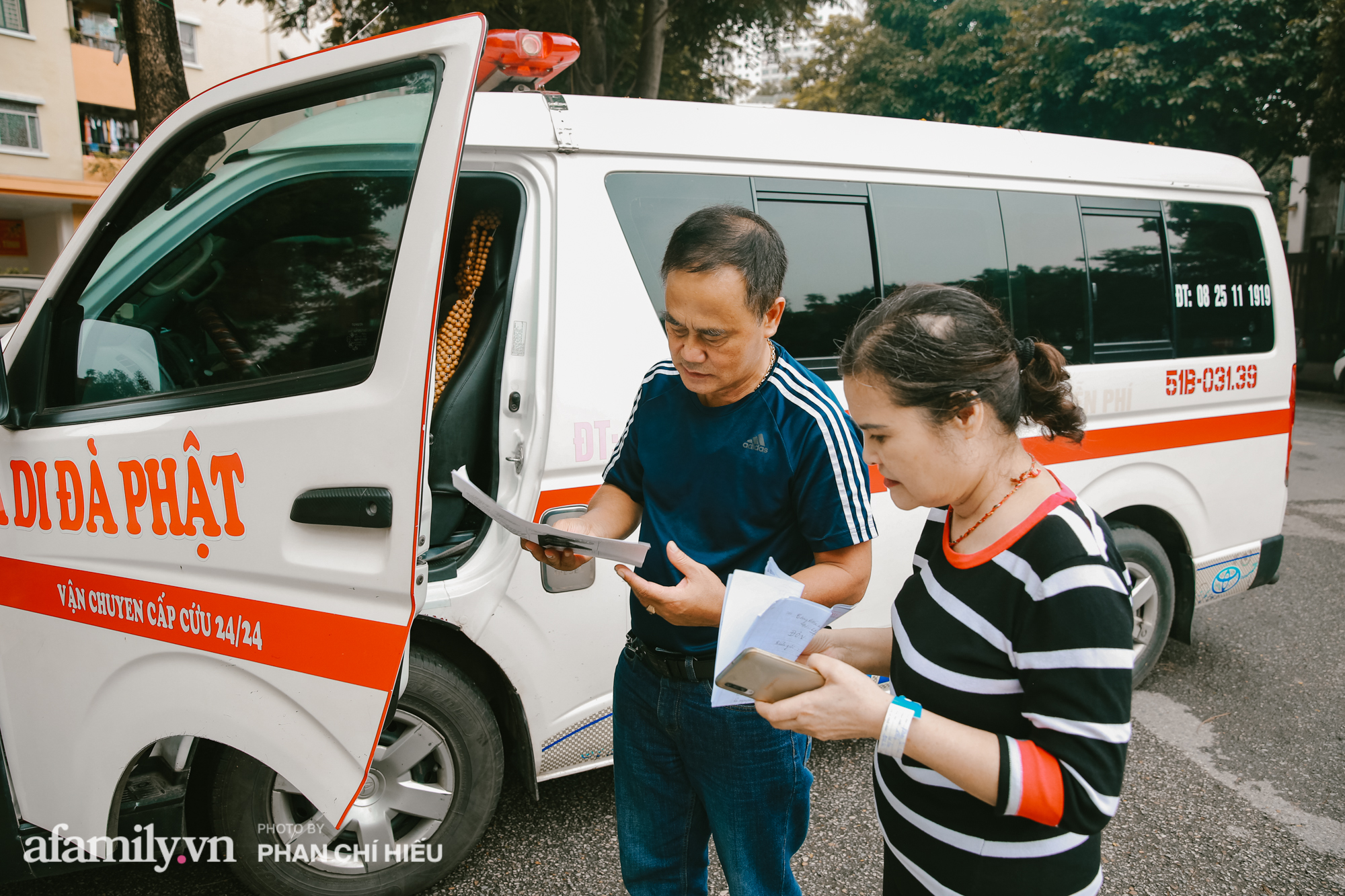 """Lạ! Trên đời có người phụ nữ bán đất mua xe cứu thương giúp người nghèo vượt qua """"bậc thềm"""" sinh tử, cùng chuyến đi định mệnh đưa xác bệnh nhi vượt 300km trở về với gia đình gần biên giới Việt - Lào - Ảnh 6."""