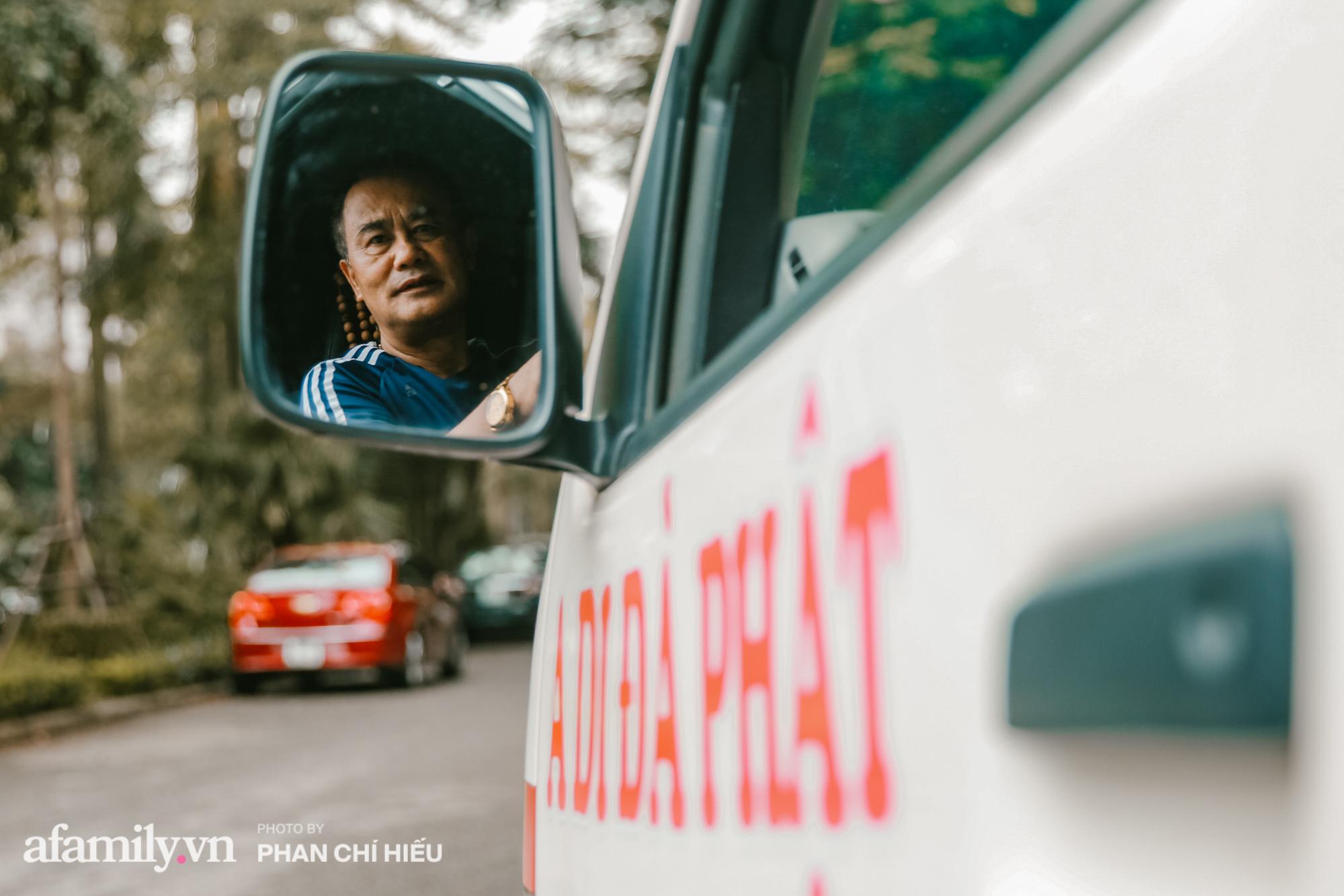 """Lạ! Trên đời có người phụ nữ bán đất mua xe cứu thương giúp người nghèo vượt qua """"bậc thềm"""" sinh tử, cùng chuyến đi định mệnh đưa xác bệnh nhi vượt 300km trở về với gia đình gần biên giới Việt - Lào - Ảnh 8."""