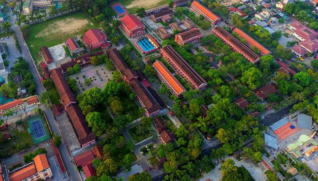 Ngôi trường cấp 3 ở miền Trung nổi như cồn bởi kiến trúc đẹp như Châu Âu, giáo viên và học sinh toàn những anh tài với vô số giải thưởng quốc tế - Ảnh 1.
