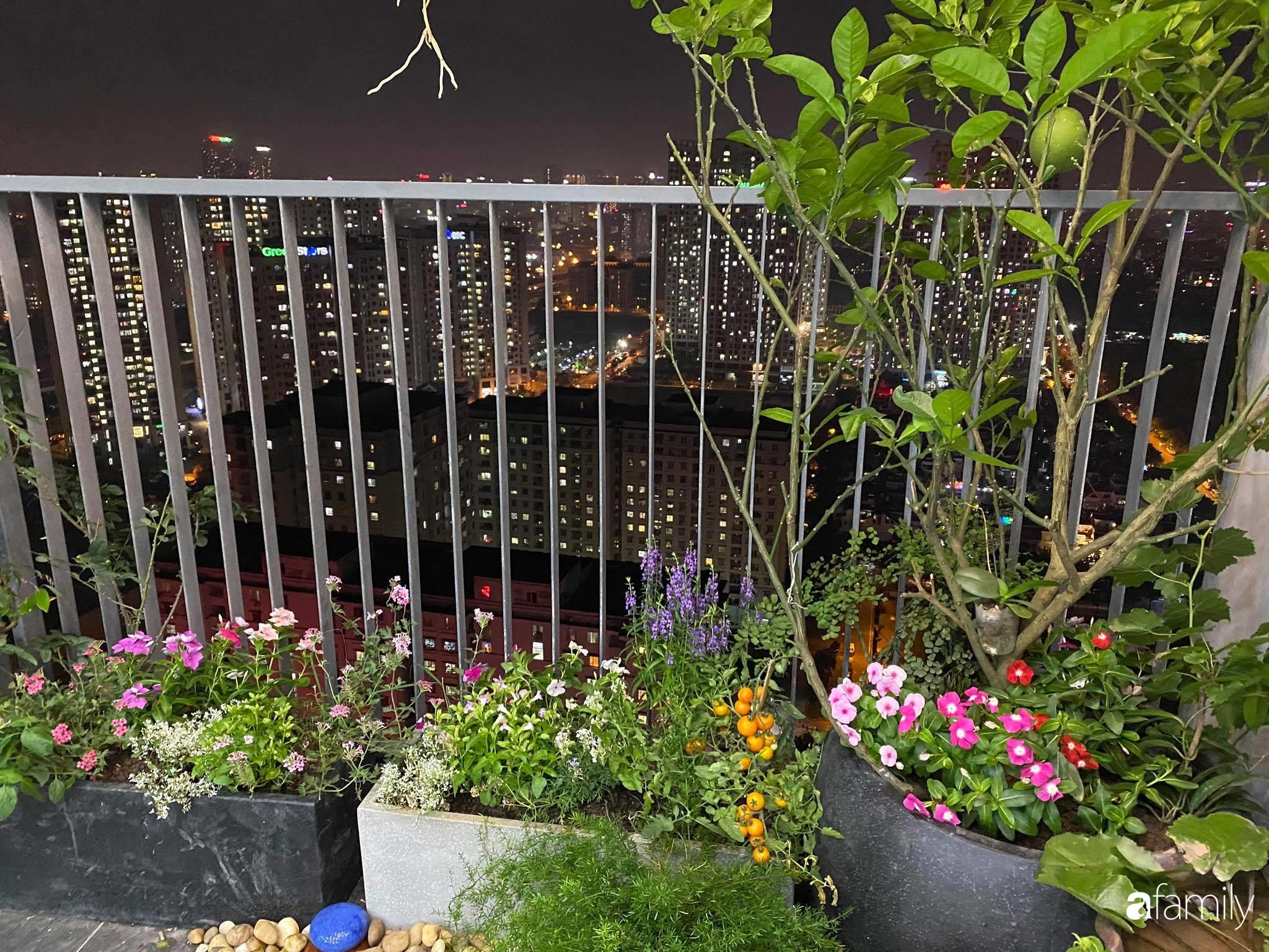 Ban công căn hộ thông tầng đẹp lãng mạn với cây và hoa ở Hà Nội - Ảnh 1.
