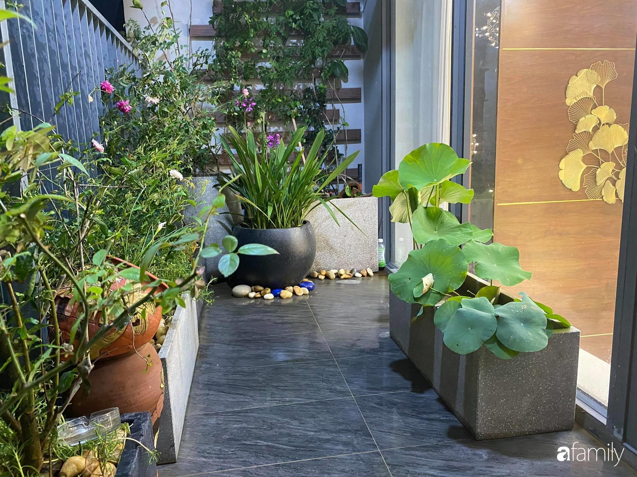 Ban công căn hộ thông tầng đẹp lãng mạn với cây và hoa ở Hà Nội - Ảnh 10.