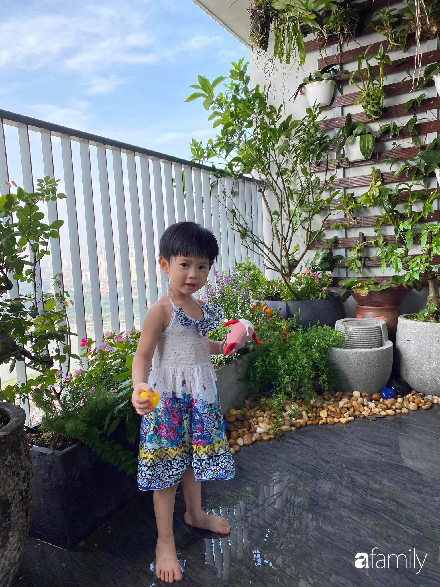 Ban công căn hộ thông tầng đẹp lãng mạn với cây và hoa ở Hà Nội - Ảnh 8.