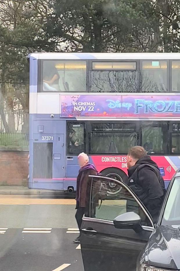 Ngồi xe buýt, chàng trai ngang nhiên đưa tay sờ soạng vòng 1 của cô bạn gái khiến người chứng kiến phải sững sờ - Ảnh 13.