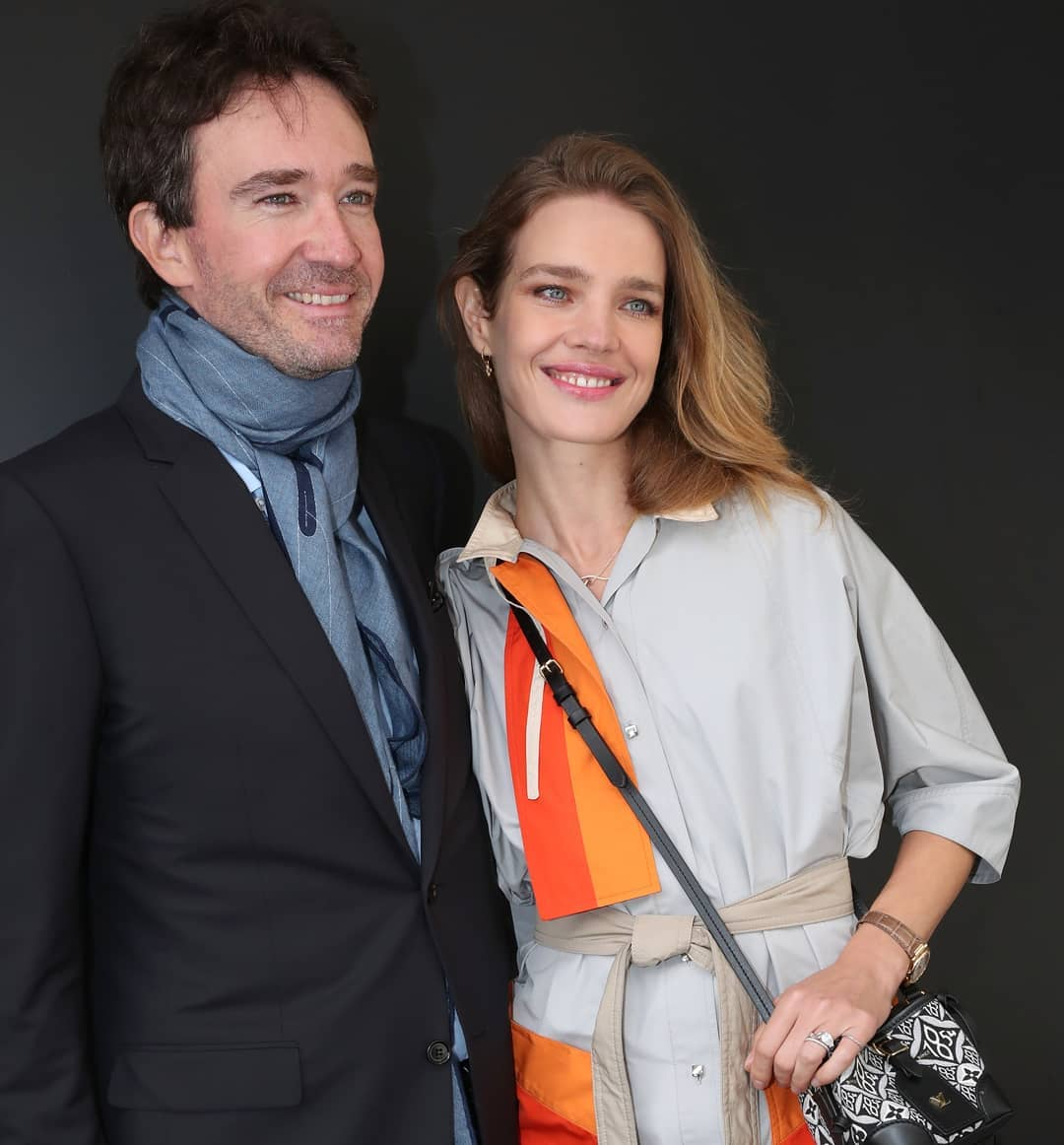 Vợ chồng Thái tử Louis Vuitton chiếm sóng trong show thời trang, sao Việt có vé mời nhưng phải ngậm ngùi xem show qua live stream  - Ảnh 2.