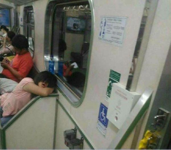 """Bước lên tàu điện ngầm, thanh niên thót tim khi thấy cô gái nhìn mình bằng con mắt cười ghê rợn, tiến lại gần mới nhận ra sự thật """"xấu hổ"""" - Ảnh 2."""