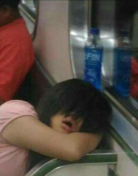 """Bước lên tàu điện ngầm, thanh niên thót tim khi thấy cô gái nhìn mình bằng con mắt cười ghê rợn, tiến lại gần mới nhận ra sự thật """"xấu hổ"""" - Ảnh 3."""