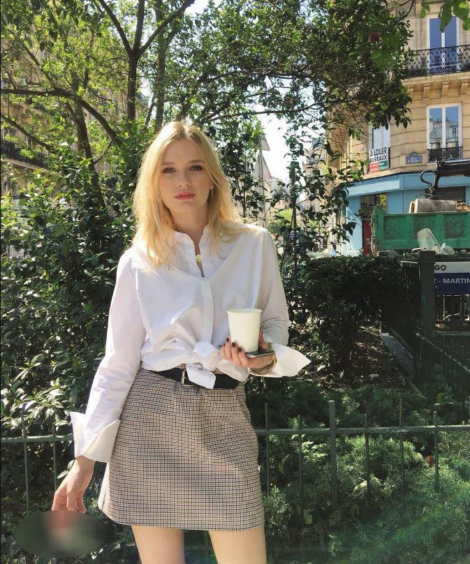 """Đừng chỉ khen nữ chính, nàng nữ phụ của """"Emily in Paris"""" mới là quý cô chuẩn phong cách Pháp thanh lịch từ trong phim lẫn ngoài đời - Ảnh 10."""