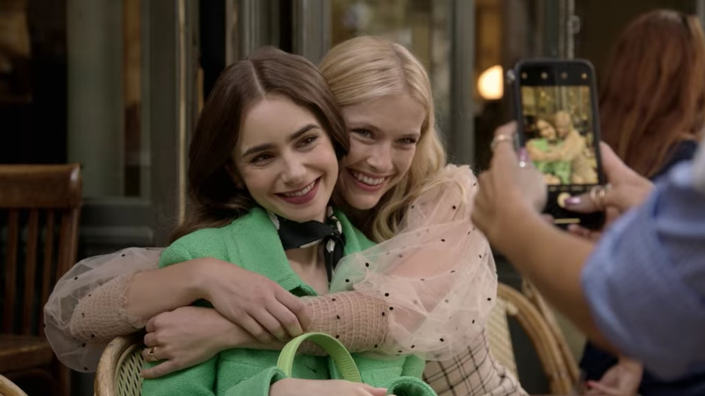 """Đừng chỉ khen nữ chính, nàng nữ phụ của """"Emily in Paris"""" mới là quý cô chuẩn phong cách Pháp thanh lịch từ trong phim lẫn ngoài đời - Ảnh 4."""