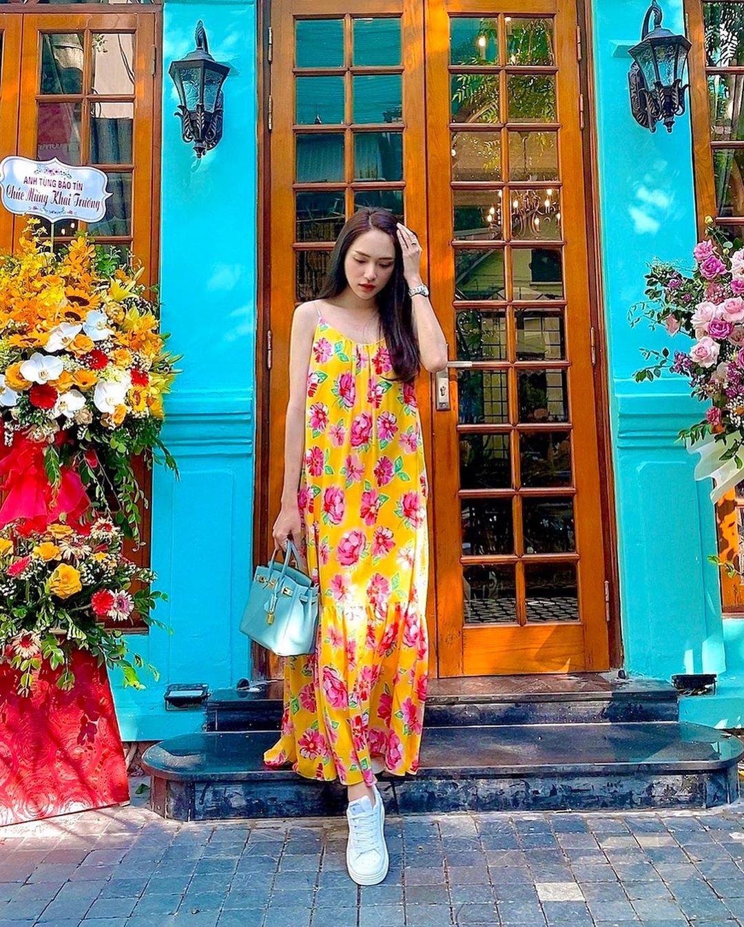 Nhìn Hương Giang, chị em biết đôi sneaker trắng vi điệu đến thế nào - Ảnh 1.