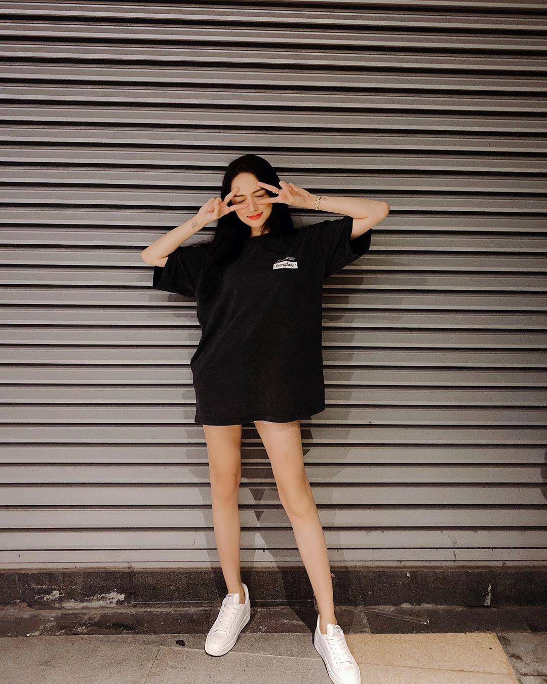 Nhìn Hương Giang, chị em biết đôi sneakers trắng vi điệu đến thế nào - Ảnh 2.
