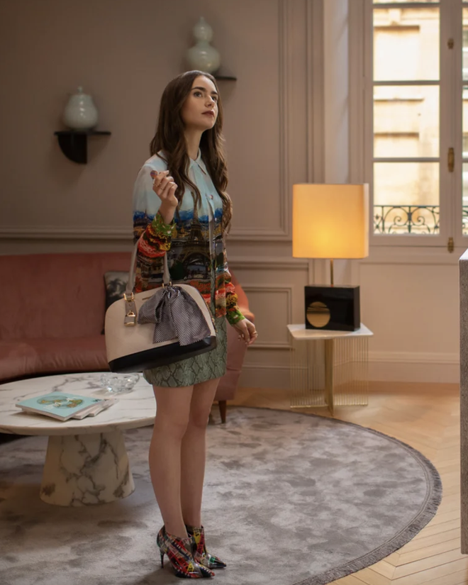 """Mix & Phối - Emily Ở Paris: Phong cách gái Mỹ trên đất Pháp nhận mưa lời khen, người khó tính thì kêu """"nửa nạc nửa mỡ"""" nhưng liệu có thoả đáng? - chanvaydep.net 4"""
