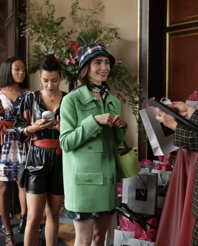 """Mix & Phối - Emily Ở Paris: Phong cách gái Mỹ trên đất Pháp nhận mưa lời khen, người khó tính thì kêu """"nửa nạc nửa mỡ"""" nhưng liệu có thoả đáng? - chanvaydep.net 3"""