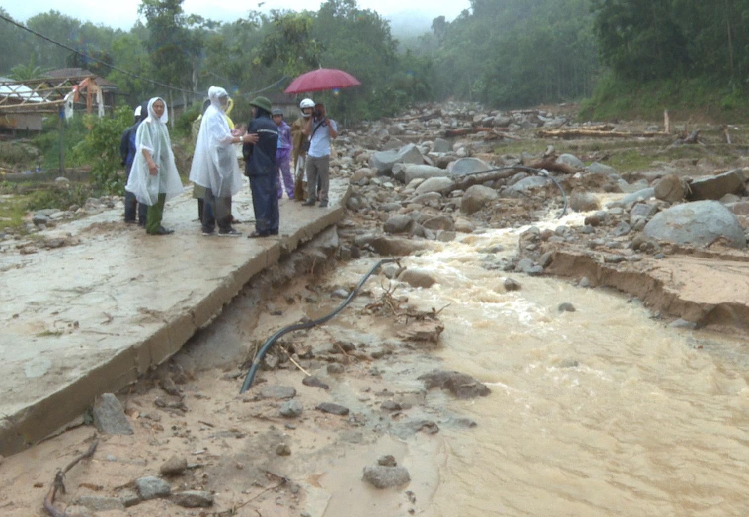 Quảng Ngãi: Lũ quét kinh hoàng cuốn trôi 6 nhà dân, khiến một ngôi làng có nguy cơ bị xóa sổ - Ảnh 1.