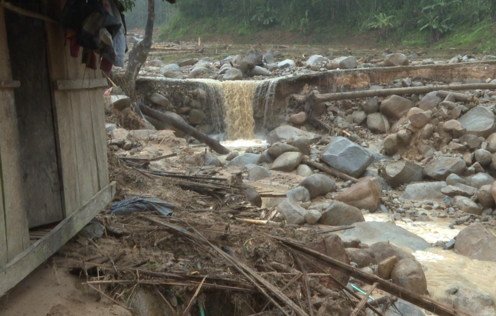Quảng Ngãi: Lũ quét kinh hoàng cuốn trôi 6 nhà dân, khiến một ngôi làng có nguy cơ bị xóa sổ - Ảnh 4.