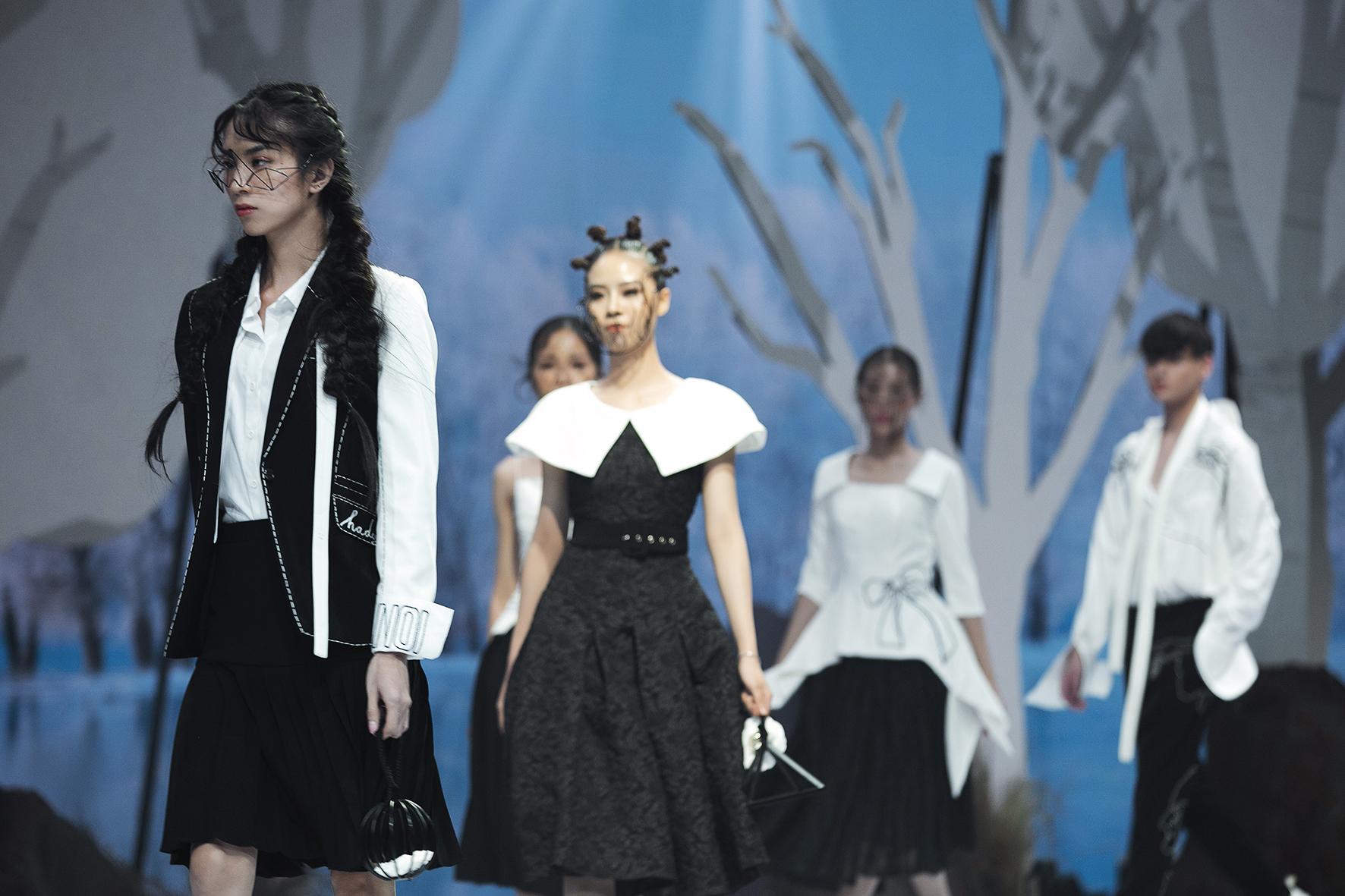"""Lê Âu Ngân Anh bất ngờ trở lại thảm đỏ, siêu mẫu Thanh Hằng hóa """"chị Hằng"""" trong truyền thuyết kết màn Tuần lễ thời trang - Ảnh 17."""