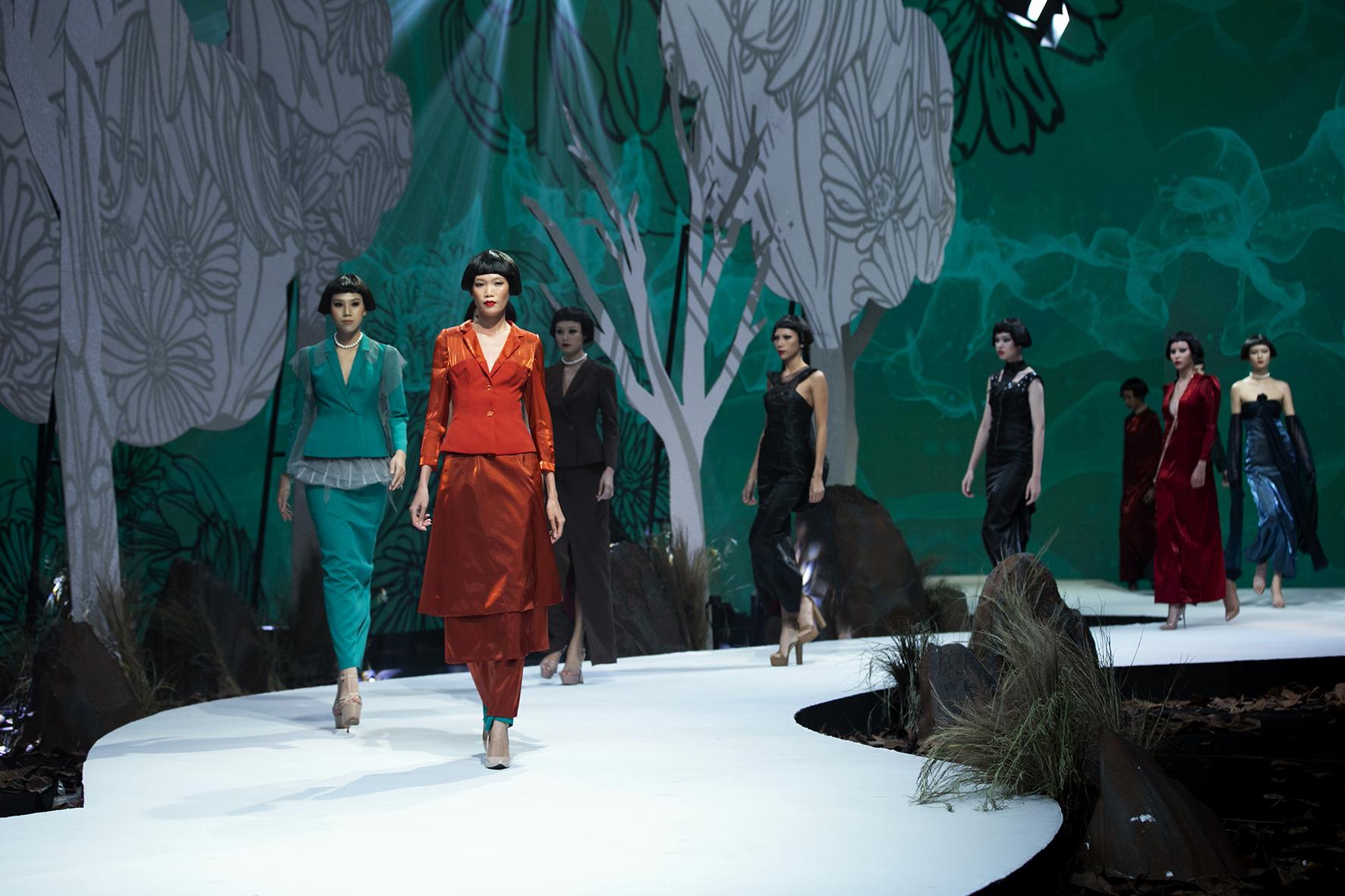 """Lê Âu Ngân Anh bất ngờ trở lại thảm đỏ, siêu mẫu Thanh Hằng hóa """"chị Hằng"""" trong truyền thuyết kết màn Tuần lễ thời trang - Ảnh 10."""