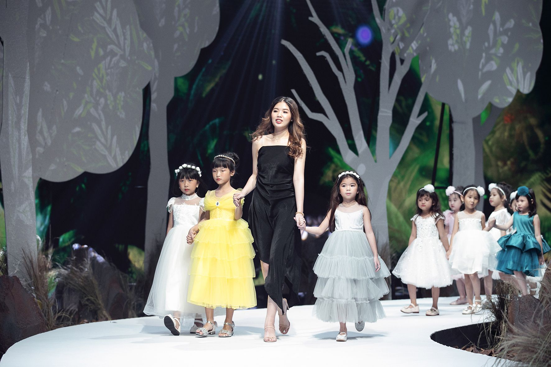 """Lần đầu tiên đưa """"quý tử"""" lên sàn catwalk, vợ chồng Lương Thế Thành - Trúc Diễm khép lại Tuần lễ thời trang trẻ em 2020 - Ảnh 8."""