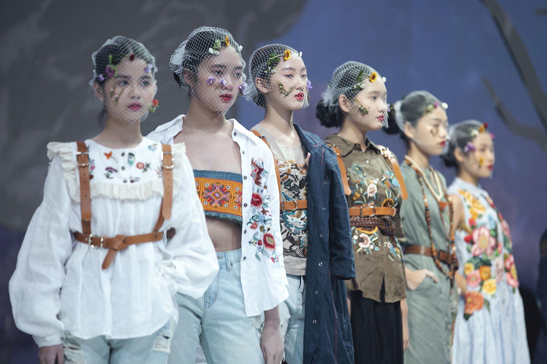 """Lần đầu tiên đưa """"quý tử"""" lên sàn catwalk, vợ chồng Lương Thế Thành - Trúc Diễm khép lại Tuần lễ thời trang trẻ em 2020 - Ảnh 2."""