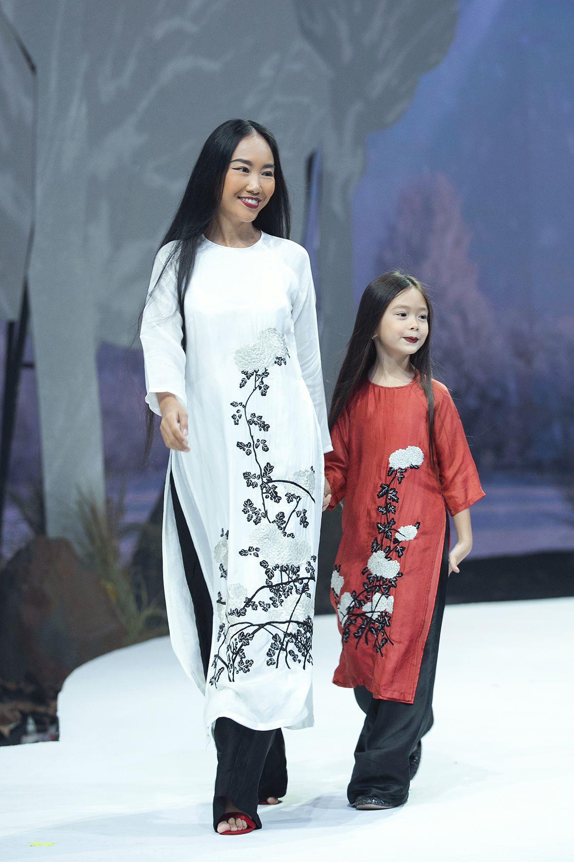 """Lần đầu tiên đưa """"quý tử"""" lên sàn catwalk, vợ chồng Lương Thế Thành - Trúc Diễm khép lại Tuần lễ thời trang trẻ em 2020 - Ảnh 1."""