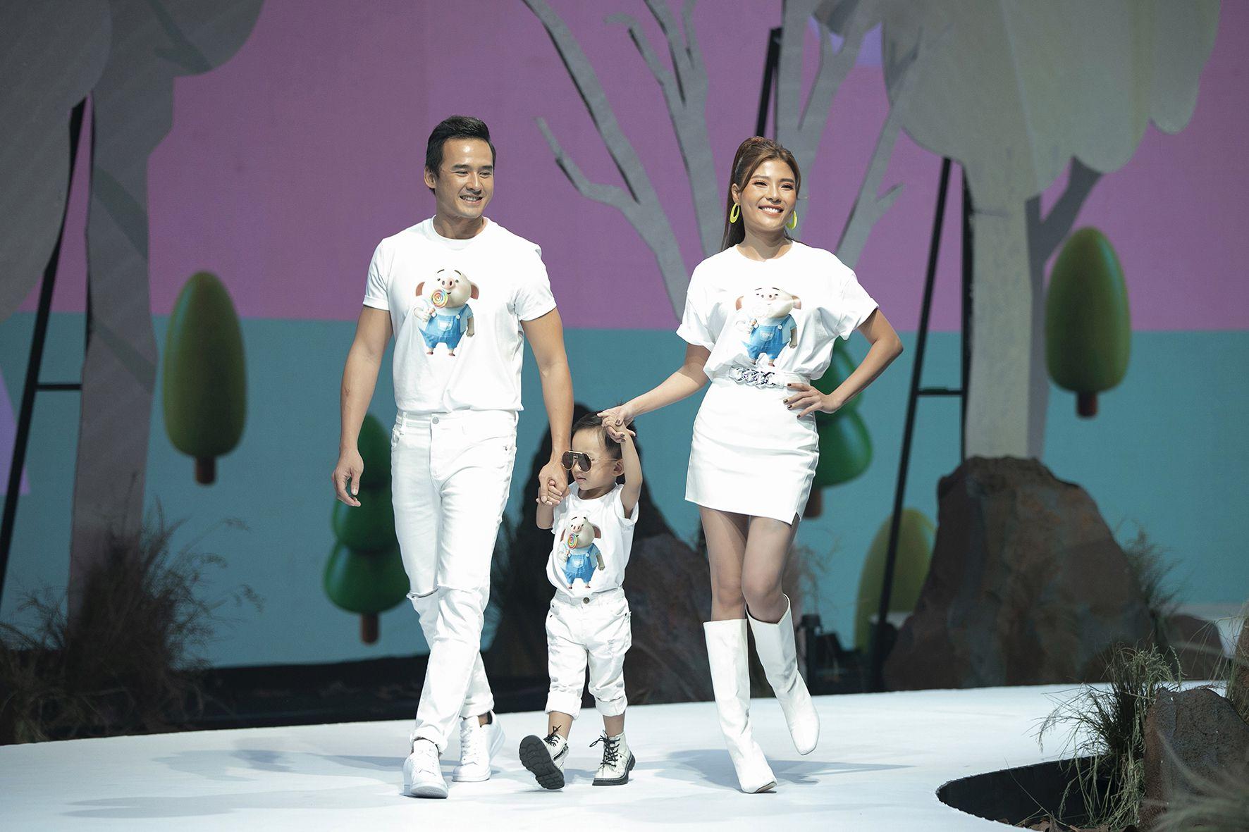 """Lần đầu tiên đưa """"quý tử"""" lên sàn catwalk, vợ chồng Lương Thế Thành - Trúc Diễm khép lại Tuần lễ thời trang trẻ em 2020 - Ảnh 5."""