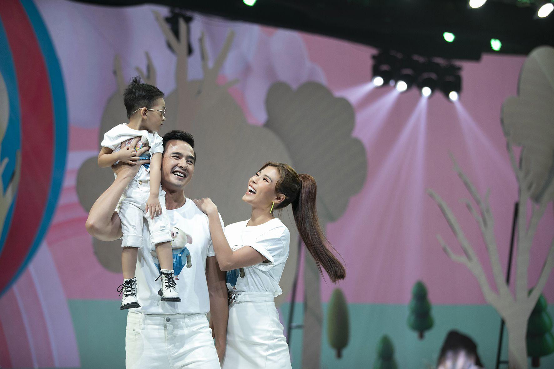 """Lần đầu tiên đưa """"quý tử"""" lên sàn catwalk, vợ chồng Lương Thế Thành - Trúc Diễm khép lại Tuần lễ thời trang trẻ em 2020 - Ảnh 6."""
