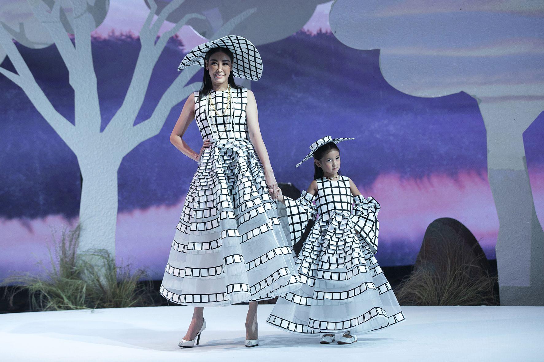 """Lần đầu tiên đưa """"quý tử"""" lên sàn catwalk, vợ chồng Lương Thế Thành - Trúc Diễm khép lại Tuần lễ thời trang trẻ em 2020 - Ảnh 13."""