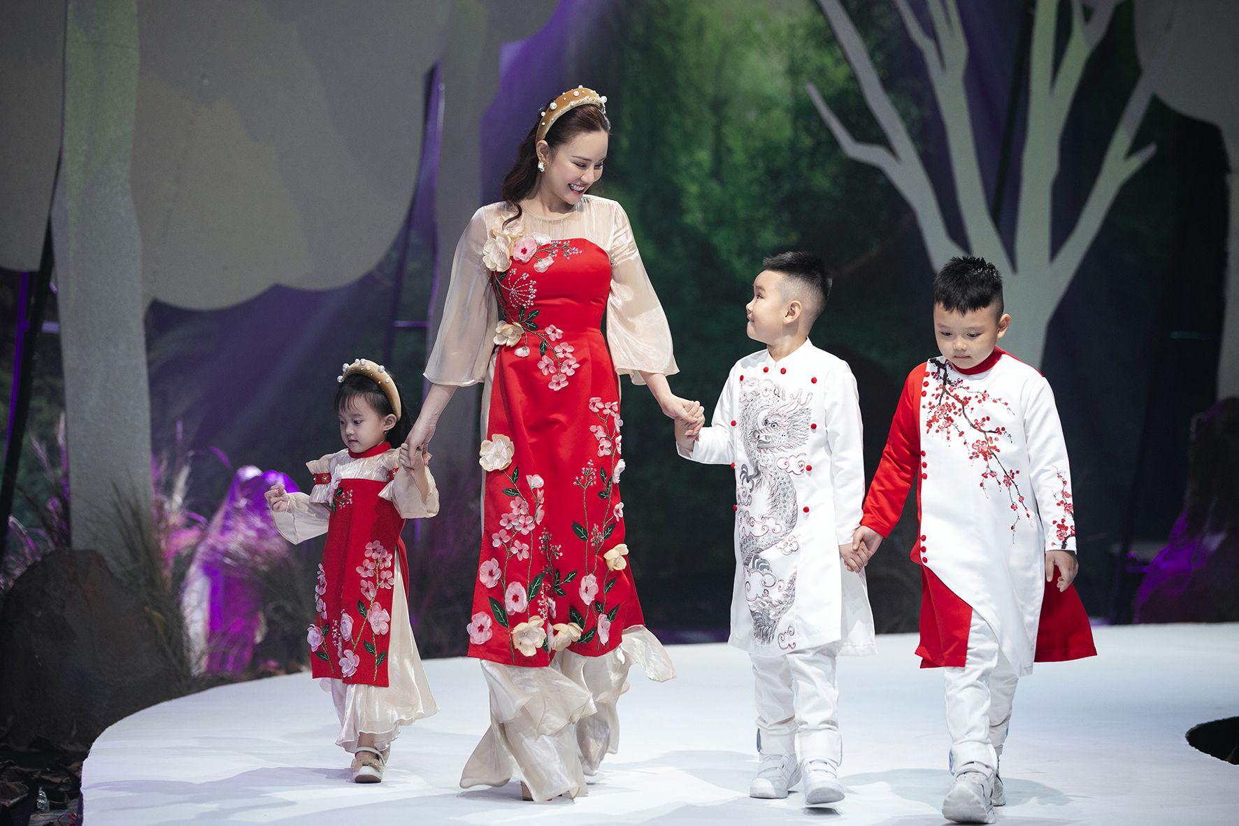 """Lần đầu tiên đưa """"quý tử"""" lên sàn catwalk, vợ chồng Lương Thế Thành - Trúc Diễm khép lại Tuần lễ thời trang trẻ em 2020 - Ảnh 9."""